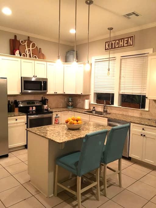 Spacious bedroom in townhome - Stay for Less! - Baton Rouge - Rivitalo