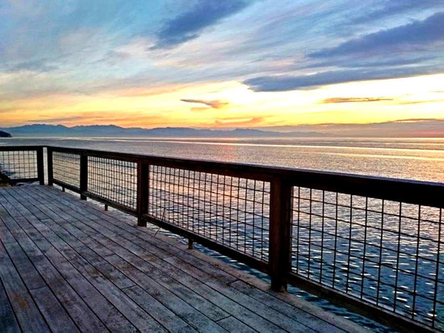 "Sunset Beach Haven -  ""It's Like Living on a Boat"" - Oak Harbor - Chalet"