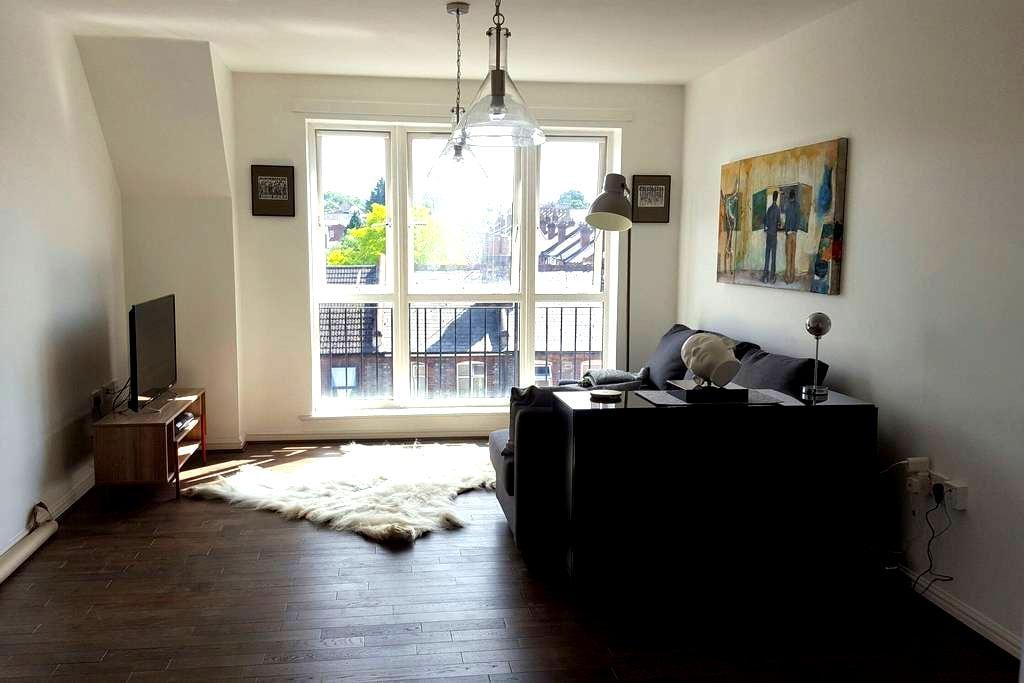 Double room in a cozy, artistic top floor flat. - Reading - Apartemen