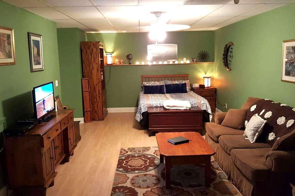 Cozy, clean and charming private room w/full bath - Acworth - Дом