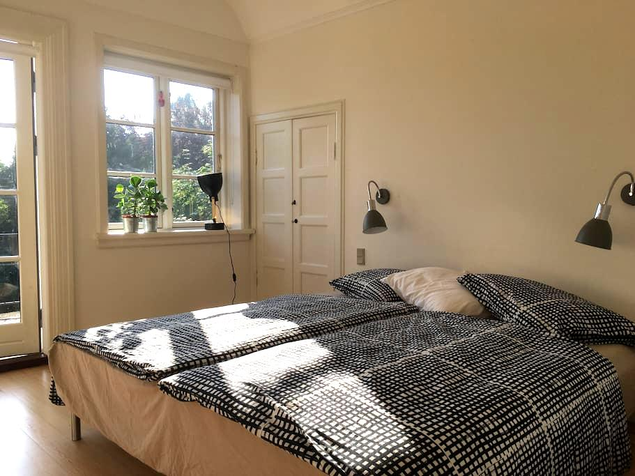 Stort værelse med egen terrasse og spa. - Aarhus - Villa