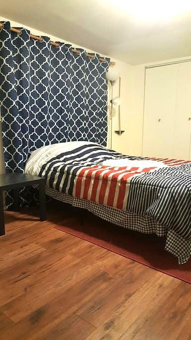Spacious & Comfy Bedroom w/ parking - Pittsburgh  - Hus