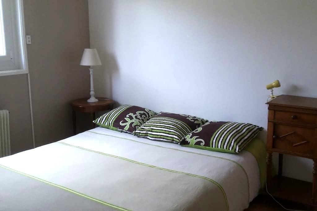 Chambre  avec salle de bain  chez particulier - Saint-Maurice-de-Gourdans - Huis