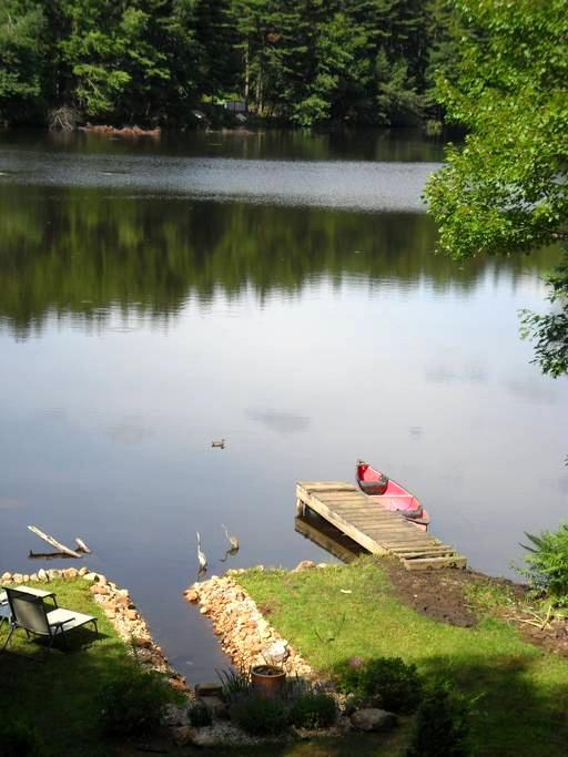 Cottage on small prvt lake w canoe - West Brookfield - Dům