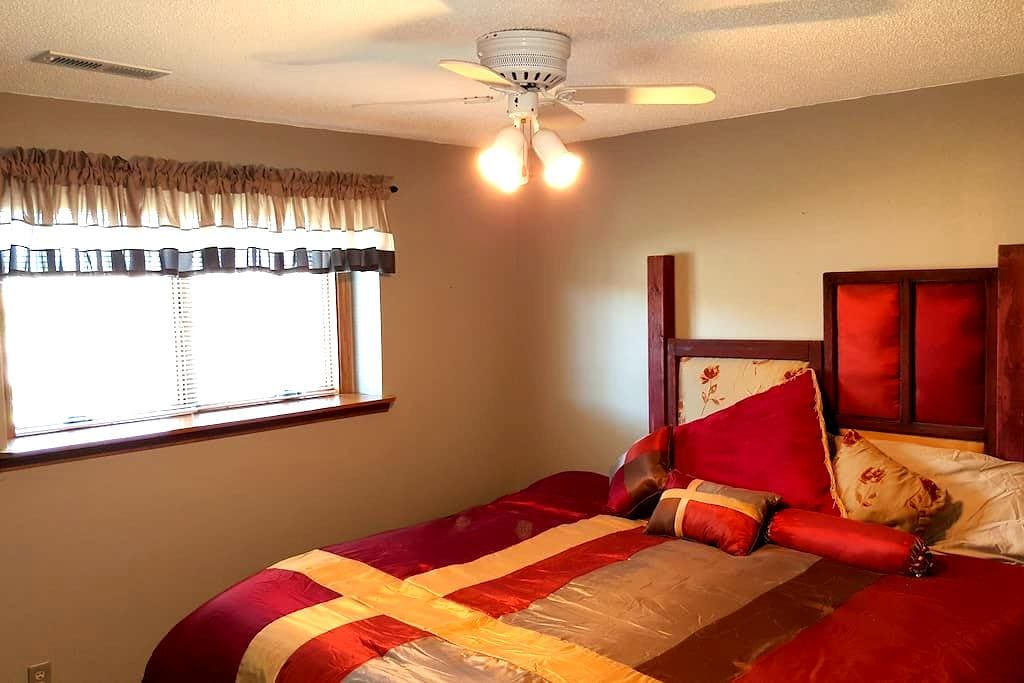 Roomy, Quiet Lower Level  w/ 2 bedrooms - Sioux Falls - Talo