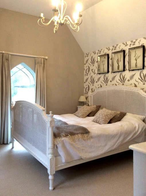Beautiful light double bedroom - Hambledon - Huis