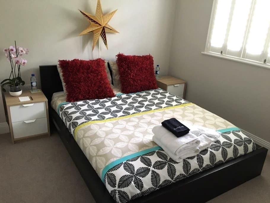 Comfy clean room & private ensuite near Heathrow - Staines-upon-Thames - Maison