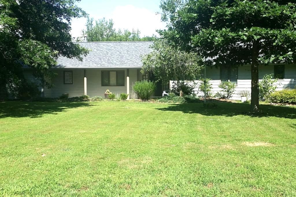 Lowkey Oasis Room with Private Bathroom & More - Carbondale - Ev