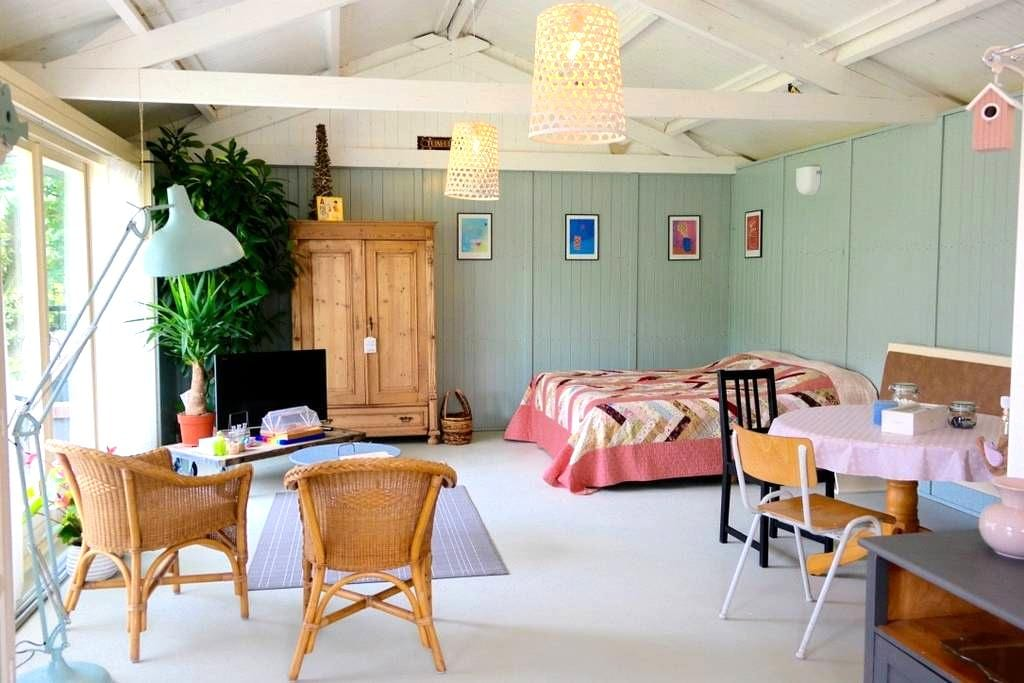 Your own charming and romantic guesthouse, + WiFi! - Honselersdijk - Bungalow