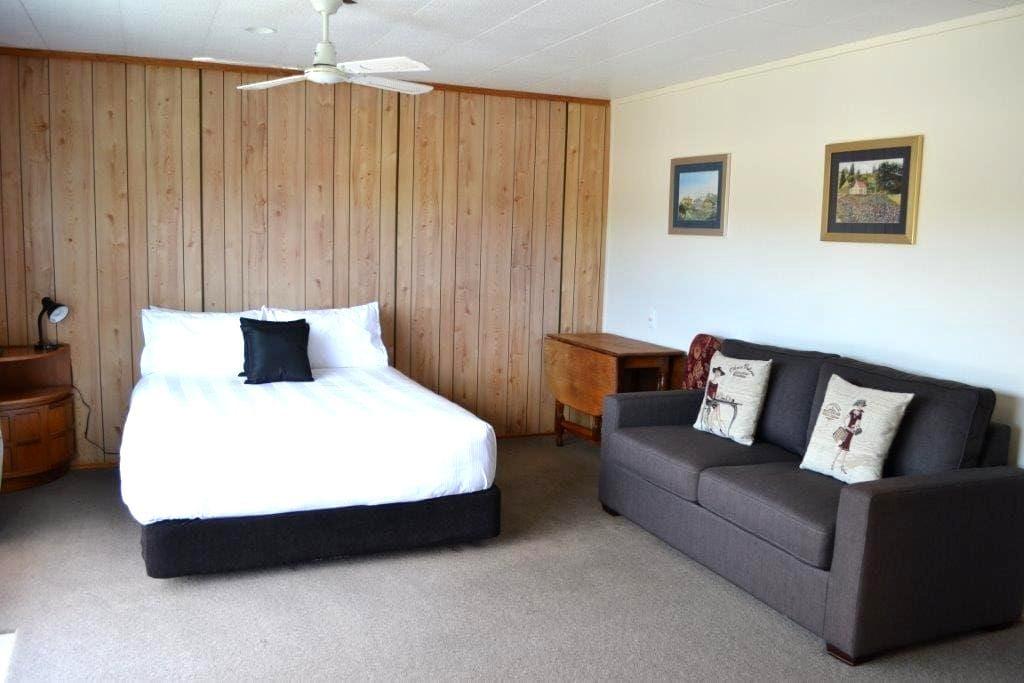 Private Room plus ensuite close to town & beach. - Whitianga - Hus
