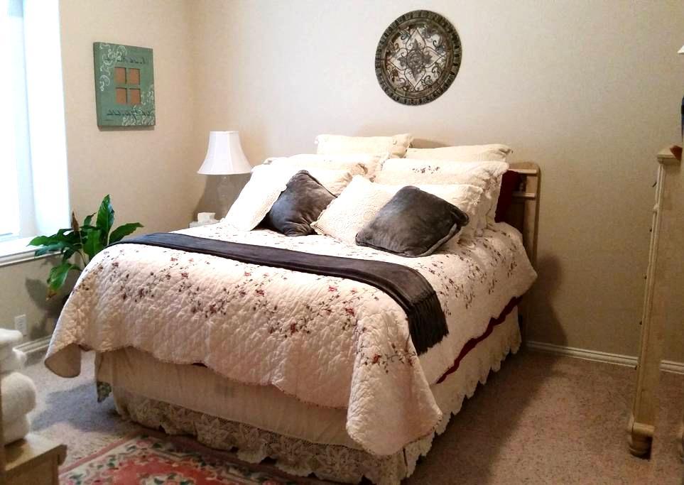 Comfortable Green Bedroom - Mansfield - Huis