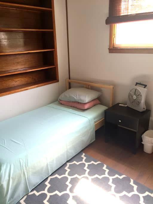 Bedroom near Train - Lansdale - Casa