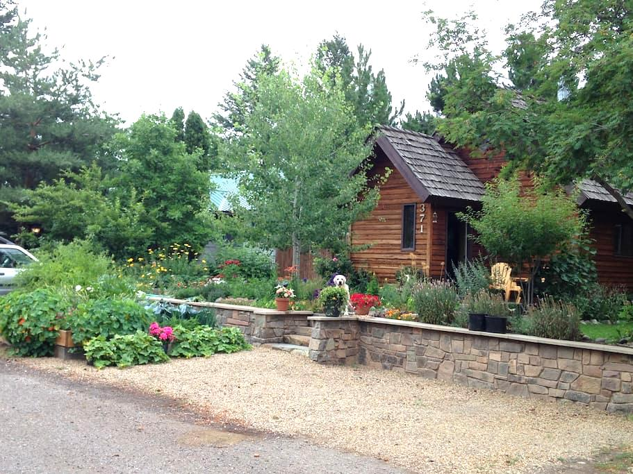 Gardens surround, comfy cedar home - 콜럼비아 폴스(Columbia Falls) - 단독주택