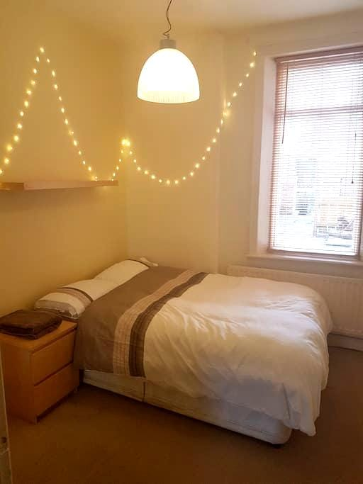 Lovely double bedroom with great transport links - Newcastle upon Tyne - Apartmen