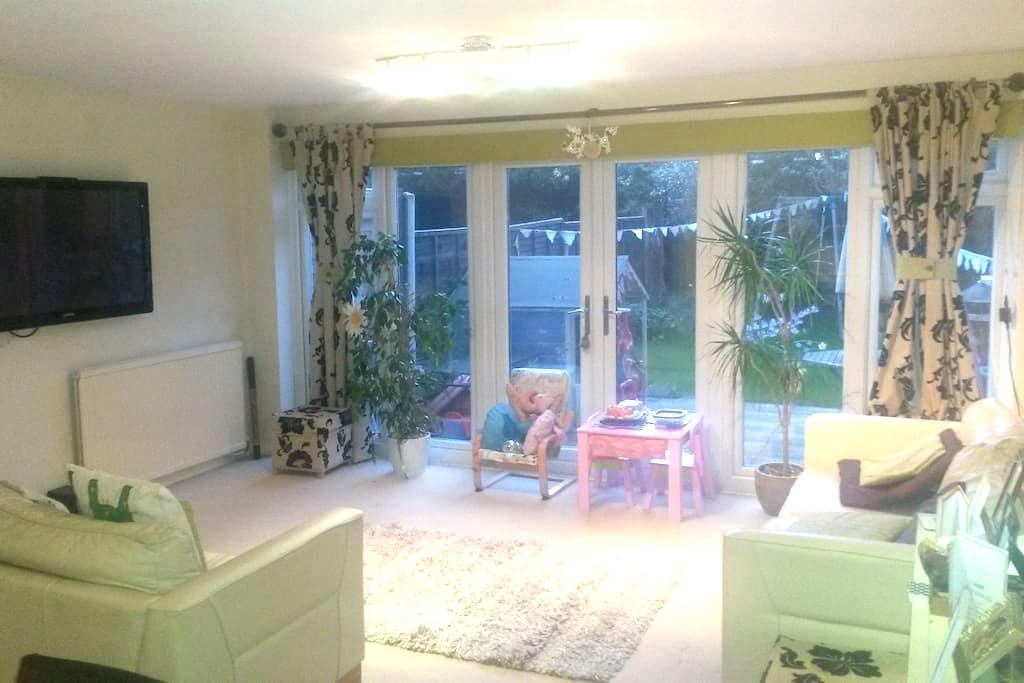 Modern, spacious, fresh, inviting! - Billericay - 連棟房屋