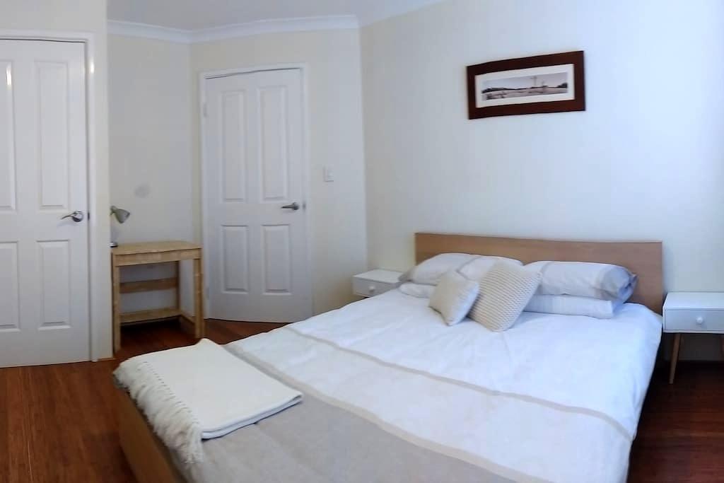 Modern double room near East Vic Pk & Curtin Uni - Saint James - Casa