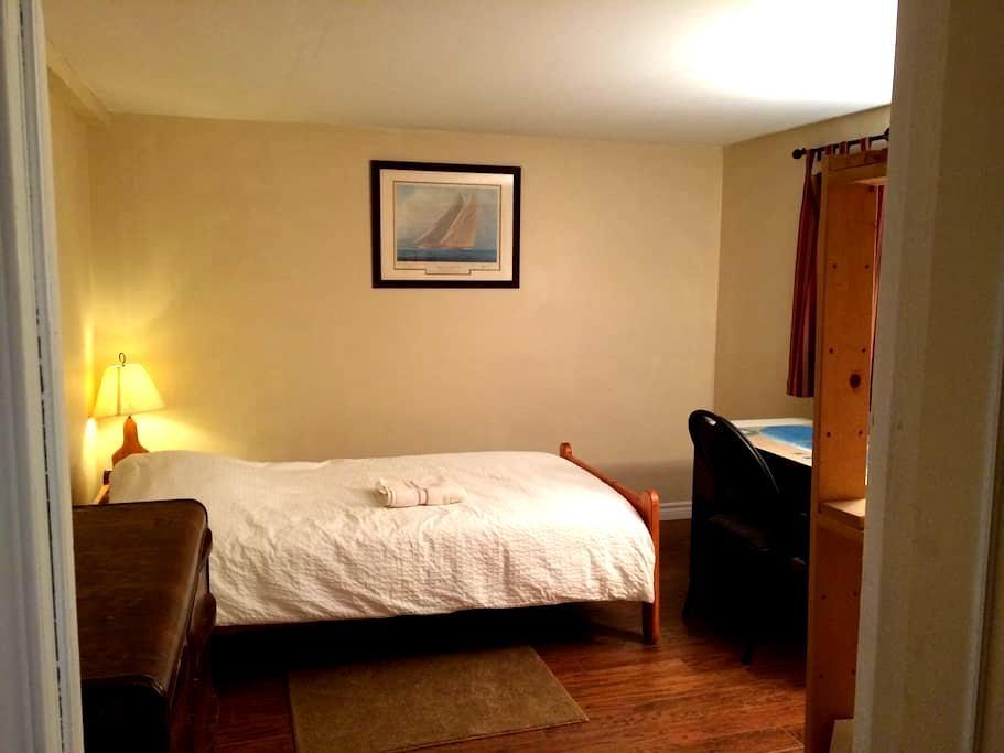 Private room in quiet Montreal suburb-Free Parking - Deux-Montagnes - Huis