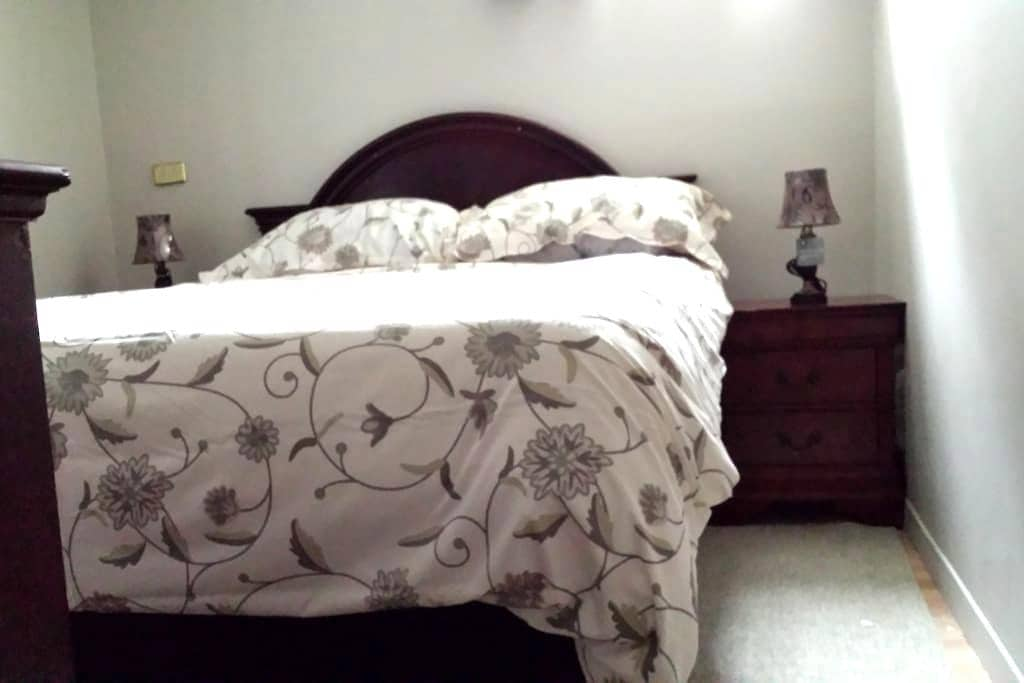 private room, queen bed.WIFI and private entrance - Sudbury - Schoonfamilie