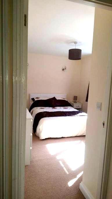 Conveniently located double bedroom - Royston - Casa