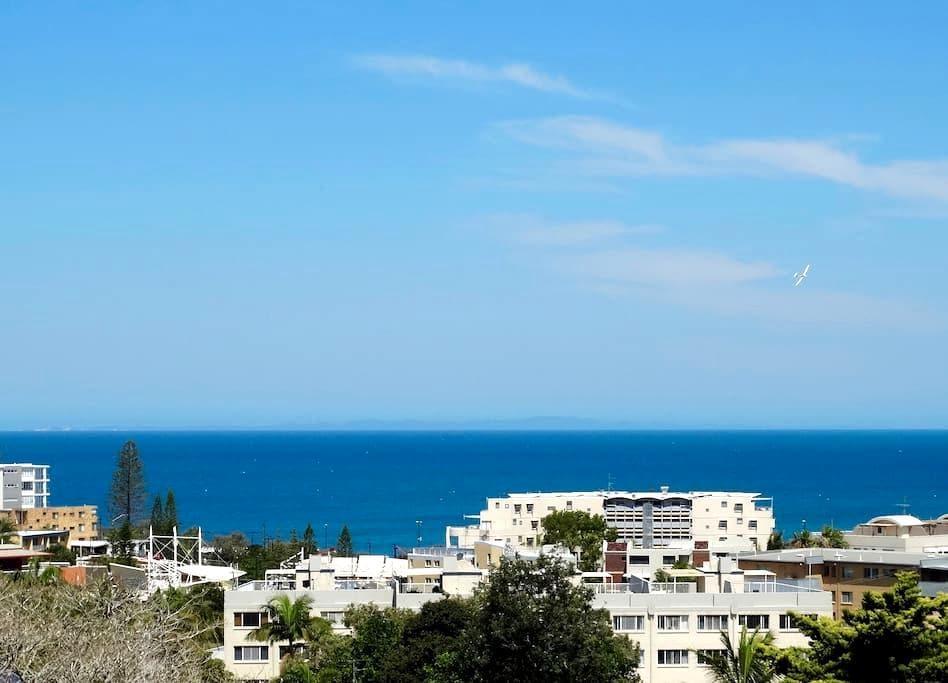 Sea Views Modern Near Beach: Kings Beach Caloundra - Kings Beach - Apartmen