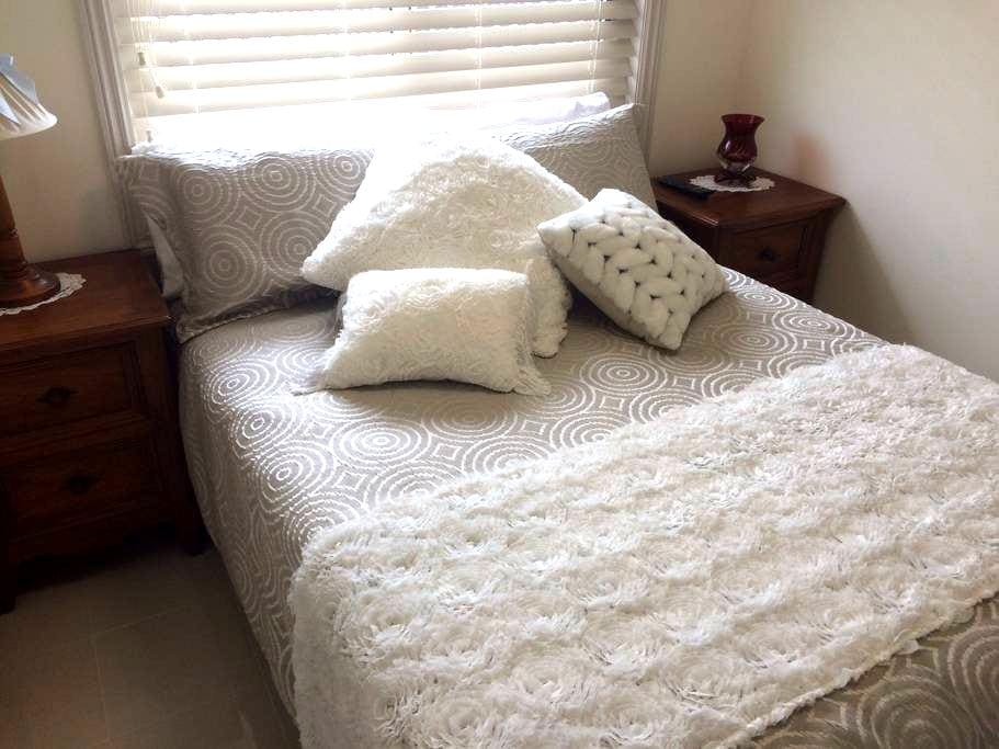 Charming Sapphire room Cooranbong - Cooranbong - Bed & Breakfast