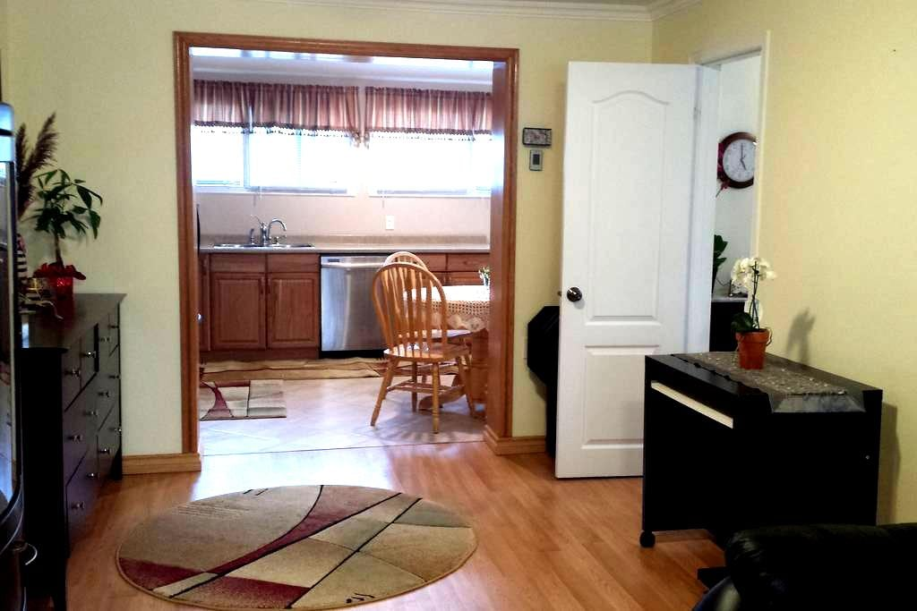 Private spacious suite in a house! - St Catharines - Lägenhet
