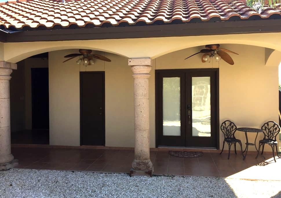 Guesthouse with Full Bathroom - Laredo - Hus