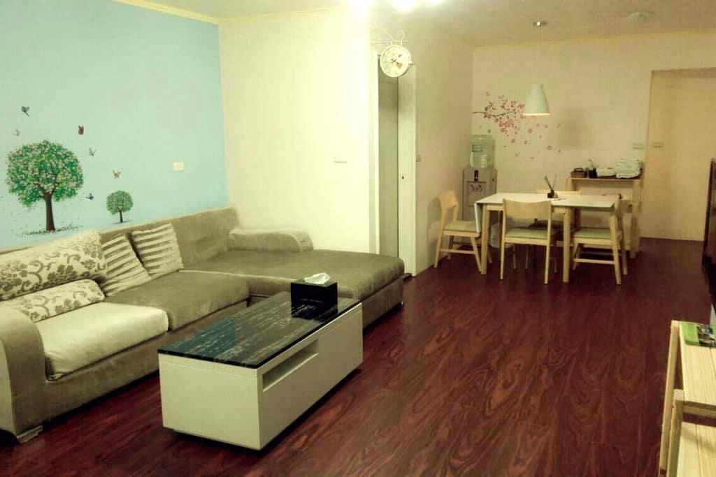 花蓮市中心,寬敞明亮,兩房一廳的格局適合家庭入住,一次只接待一組客人。 - Hualien City - Departamento
