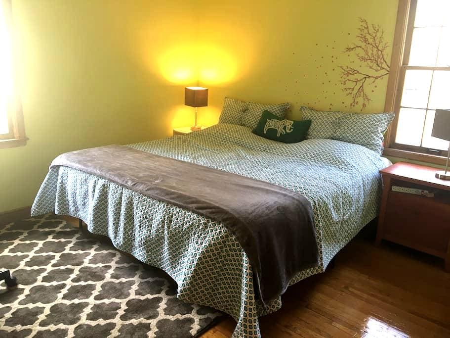 King size bed in Charming MPLS Home - Minneapolis - House