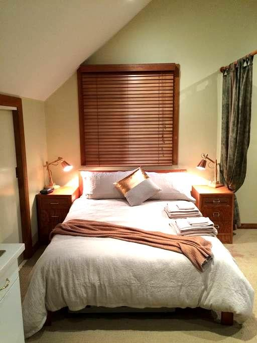 'The Barn' is a private, Self Contained Bedsit - Warrimoo - Loft