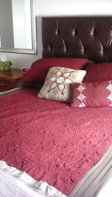 Cozy Queen Bedroom with TV room - Buffalo - Huis