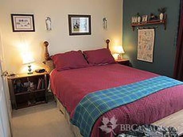 Hamilton House B & B, Glengary Room - Grand Valley - Bed & Breakfast