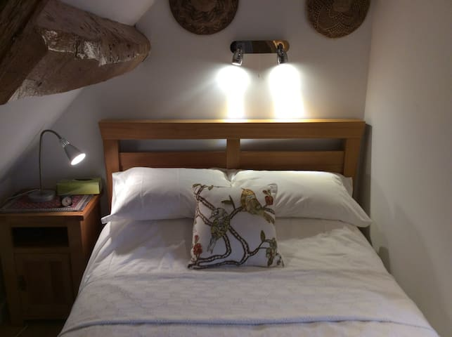 Attic bedroom with ensuite shower - Dursley