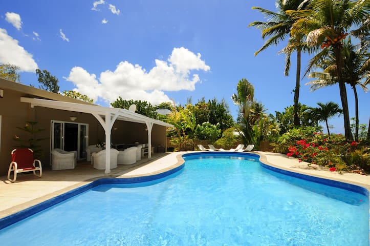 Villa Philibert, Pool on the beach - Riambel - Vila