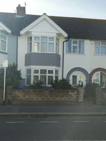 Quiet double room in lovely home by the beach! - Worthing - Haus