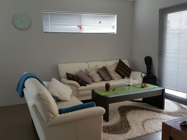 A cozy home with a friendly puppy - Cannington - Bed & Breakfast