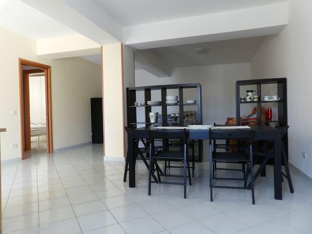 Comodo appartamento con posto auto - Trecchina - Casa