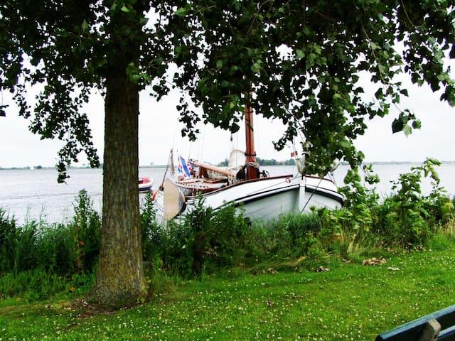 Klassiek zeilschip aan open water in Langweer - Langweer - Båt