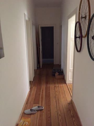 Zimmer in meiner schönen Altbau-Wohnung - Munique - Apartamento