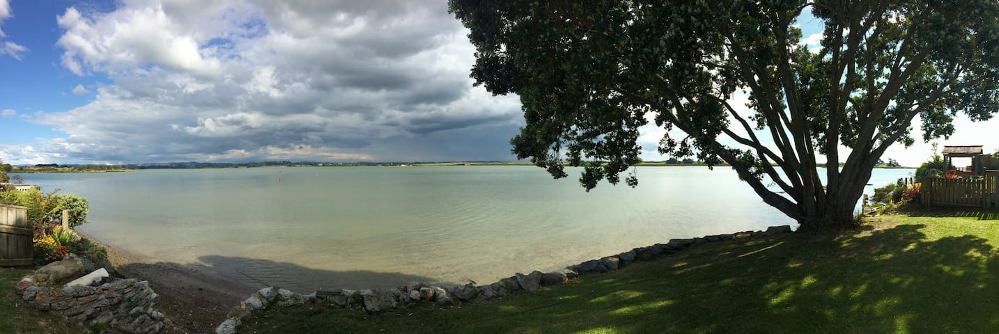 Waterfront Tropical Hideaway - Auckland - Byt
