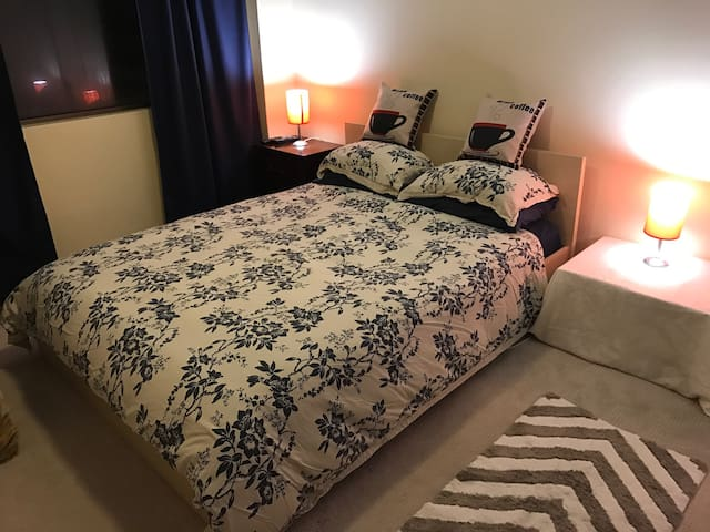 Private Bedroom with Queen Bed, wi-fi & cable TV - Cremorne - Leilighet