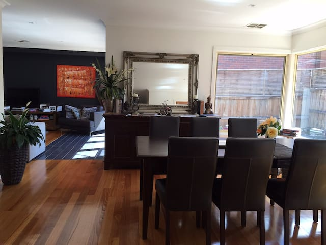 2br Townhouse, near Racecourse and Showgrounds - Moonee Ponds - Maison de ville