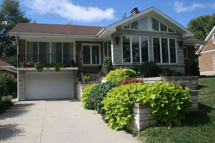 Sun filled home, family friendly - Stratford - House