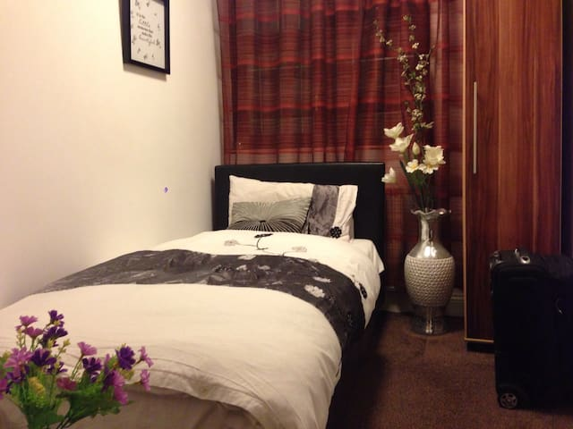 A Cosy Single Room in a Charming House+Pick Up Svc - Chigwell