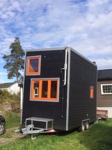 Tiny house on wheels: Bed&Breakfast-Villa Snøfnugg - Geithus - Bed & Breakfast