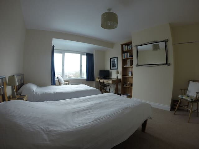 Twin bed room with private bathroom - Penrith - Дом