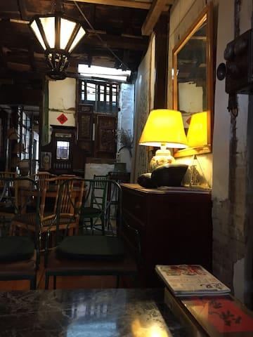 位於竹山鎮市中心,緊貼臨連興宮三級古蹟、來發打鐵店及傳統菜市場。 - 竹山 - Huis