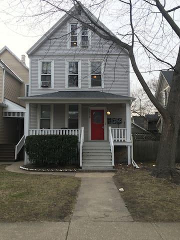 Room available 3 blocks from Northwestern campus - Evanston - Rumah