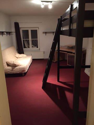 Großes Zimmer im 3ten Stock - Frankfurt (Oder) - Lejlighed