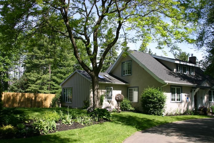 Charming 1920s renovated home. - Hudson - Bed & Breakfast